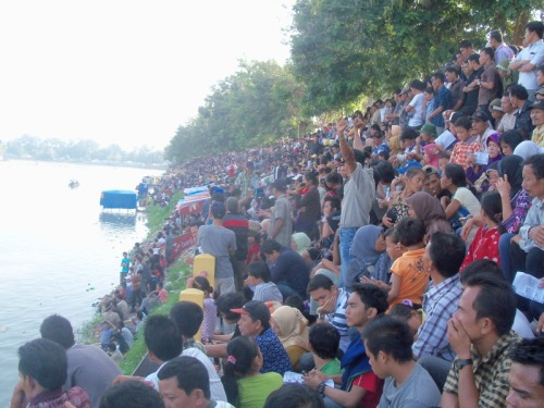 Pengunjung di Tepian Narosa Pada Hari Ke-4 Pacu Jalur Tahun 2011